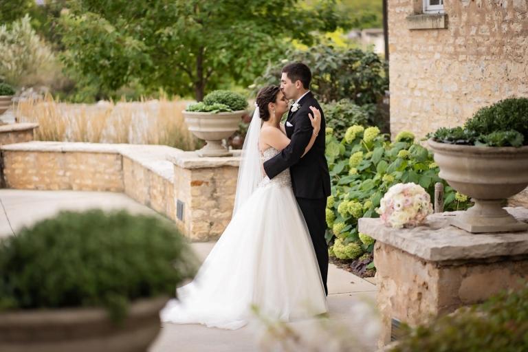 couple-kissing-at-hotel-herrington-inn