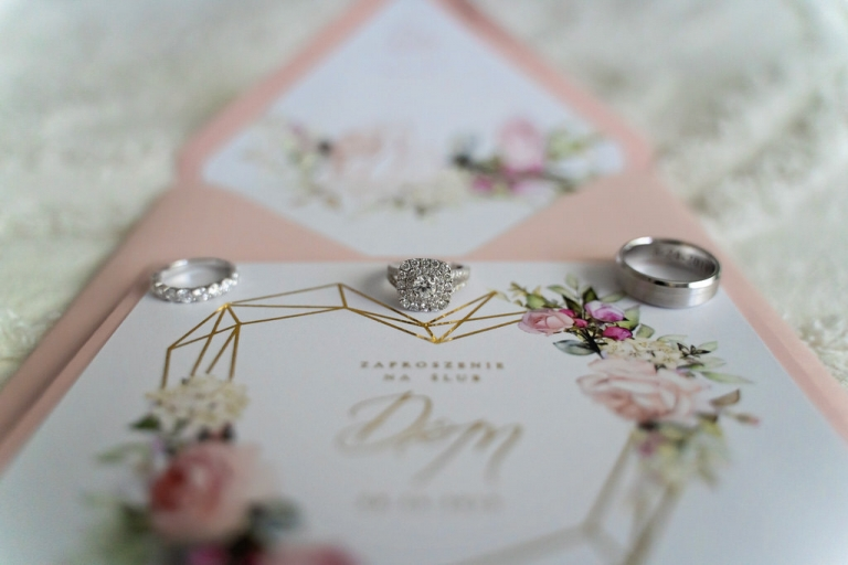 pink wedding invitation with weddng rings